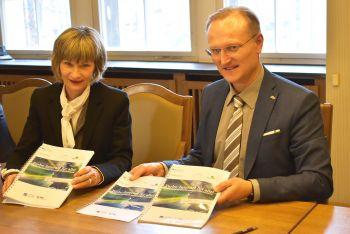 Oberbürgermeisterin Barbara Ludwig und Roland Warner, Geschäftsführer der eins energie in sachsen GmbH & Co. KG, bei der Vertragsunterzeichnung zum Breitbandausbau