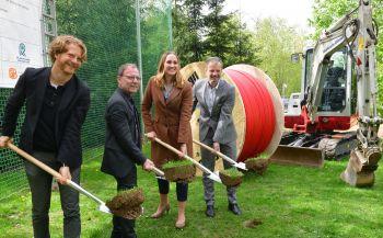 In Eisiedel starteten am 6. Mai 2019 Baubürgermeister Michael Stötzer und Dr. Hartmut Mangold, Staatssekretär im SMWA, Ellen Greifeneder, atene KOM und Jens Klimt, eins Energie (v.l.n.r.) den Breitbandausbau in Chemnitz.